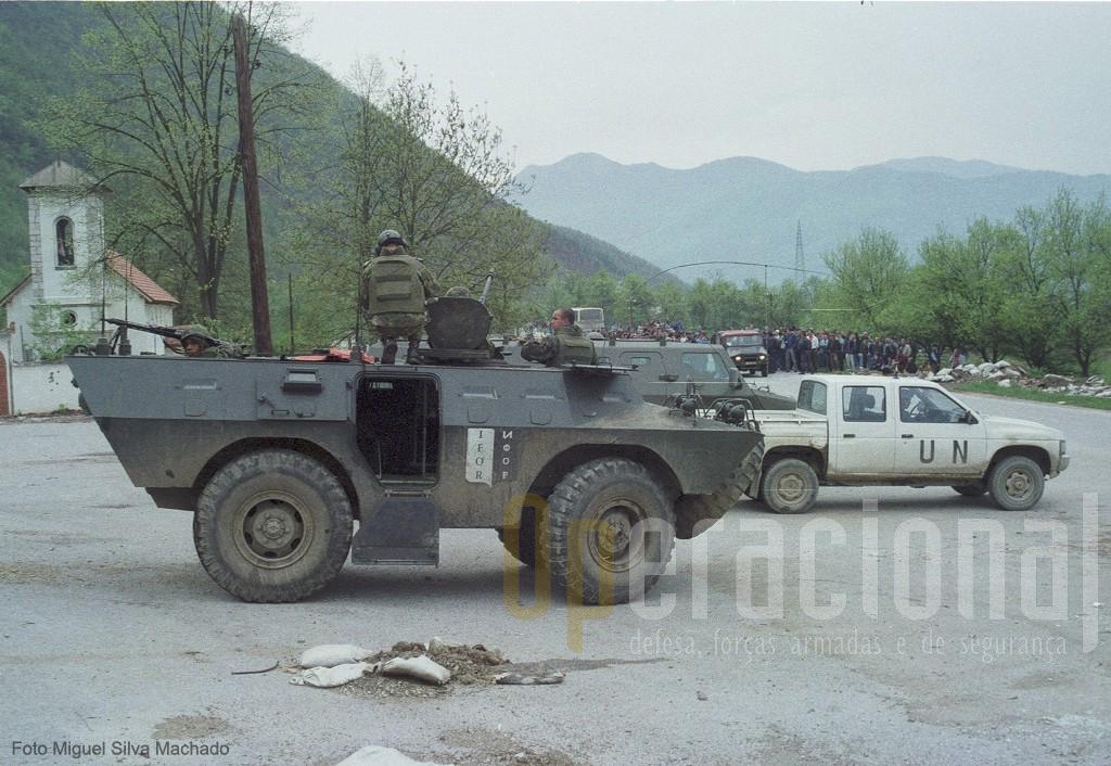 """No centro da """"terra de ninguém"""" com as populações e policia sérvia ao fundo"""