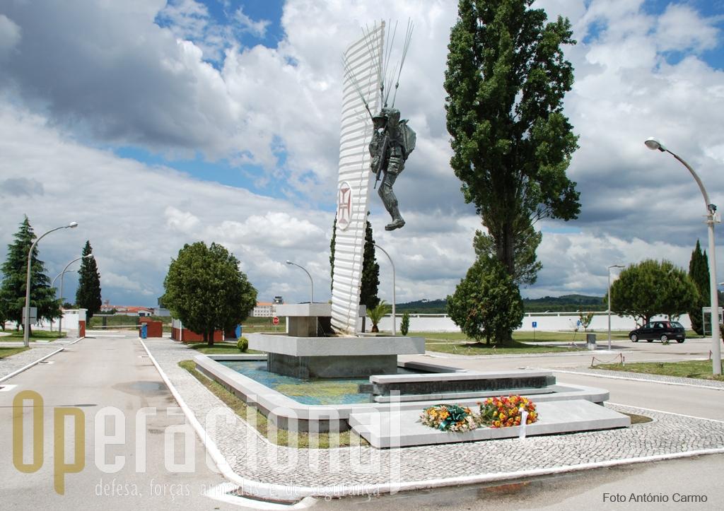 """Enquadramento actual do """"MONUMENTO AOS MORTOS EM COMBATE"""" visto do interior da ESCOLA DE TROPAS PÁRA-QUEDISTAS para a Porta-de-Armas."""