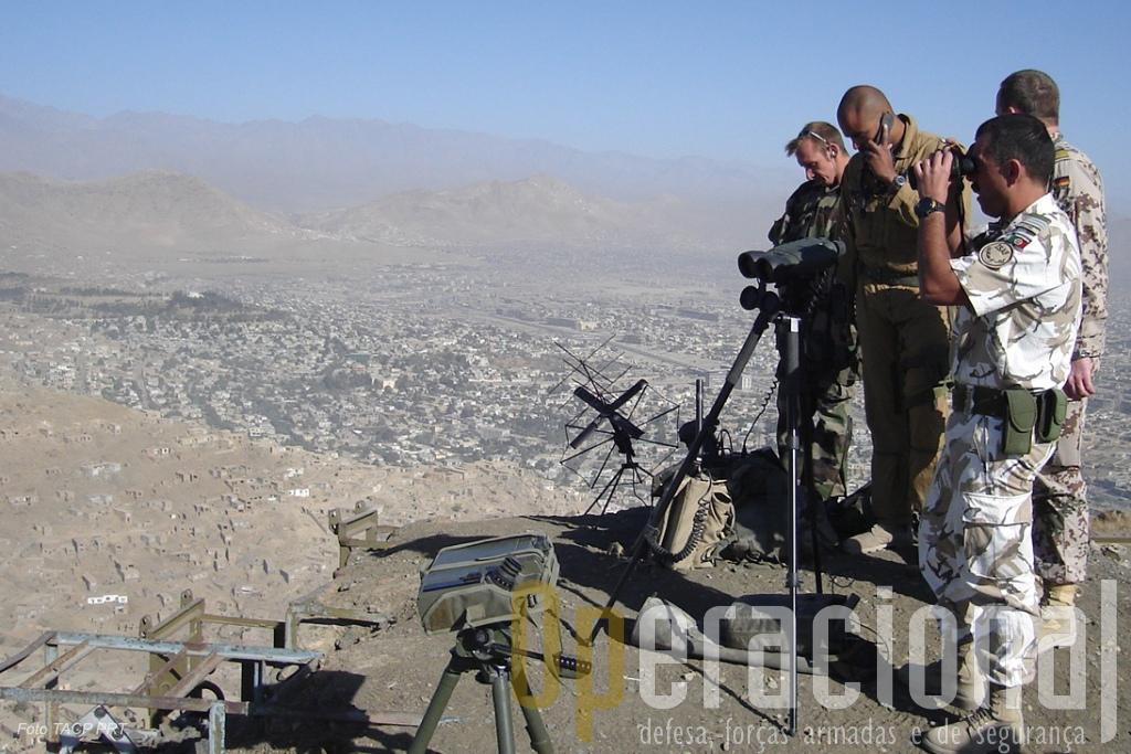 Em primeiro plano, um controlador aéreo avançado português actuando em Cabul