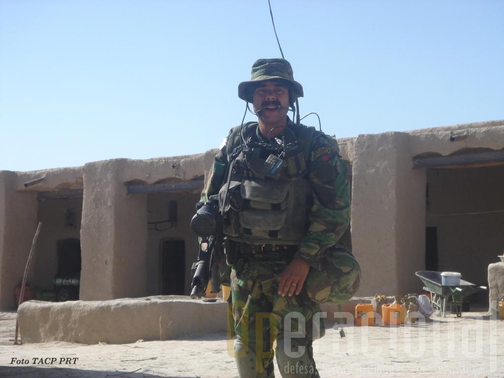 """Um soldado de infantaria? Não, o capitão Freire, um dos controladores aéreos avançados da Força Aérea no Afeganistão em 2007, onde lutam """"ombro a ombro"""" com comandos e pára-quedistas do Exército"""
