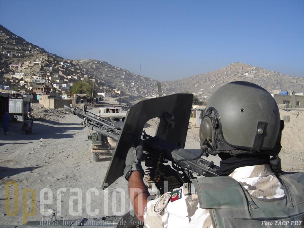 A metralhadora MG3 tem que ir sempre pronta a disparar e compete-lhe a primeira reacção a qualquer emboscada. O apoio aéreo chegará pela voz do FAC pouco depois