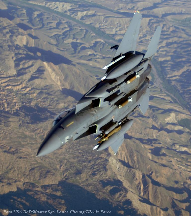 """Um F-15E """"Strike Eagle"""" fotografado durante uma missão sobre o Afeganistão"""