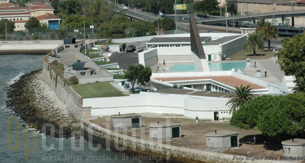 Na muralha virada para o Tejo do actual Museu da Liga dos Combatentes são visiveis duas torres com canhões duplos