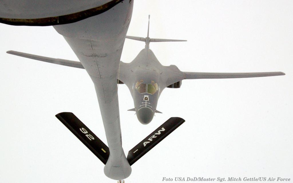 """O bombardeiro B1-B """"Lancer"""" como o da imagem, onde está a se reabastecido em voo, foi uma das aeronaves que apoiou as forças portuguesas em diversas ocasiões"""