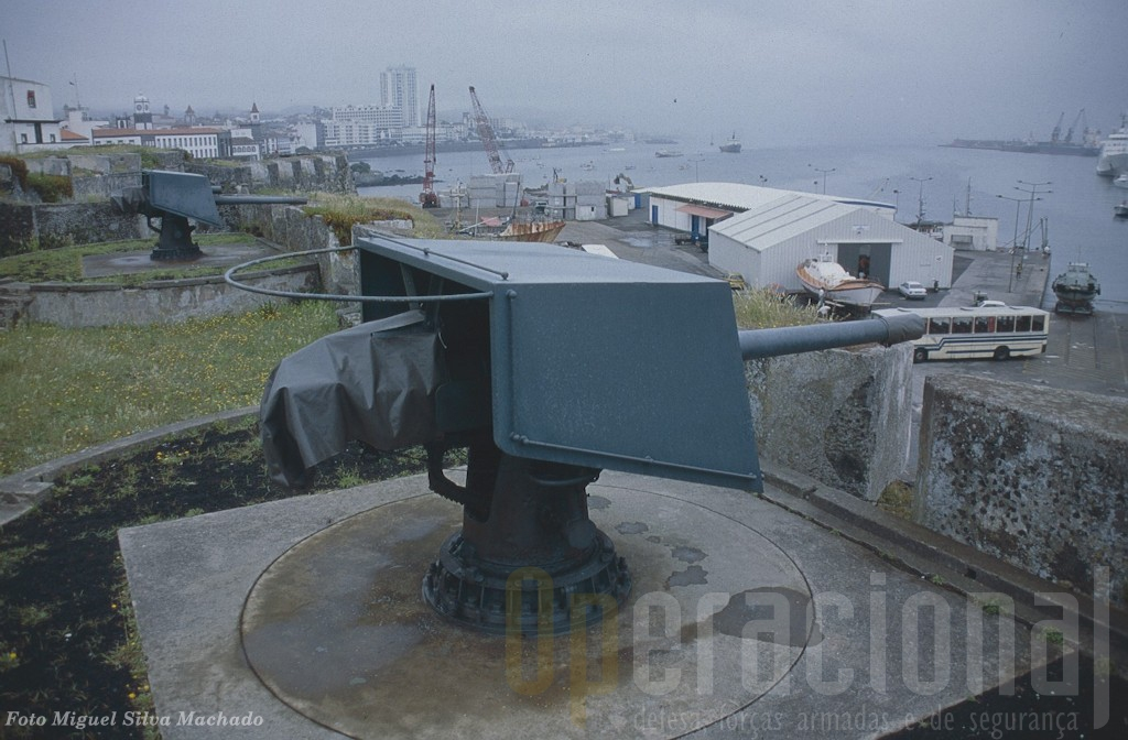 O Forte de S. Brás em Ponta Delgada mantém expostas armas de um passado não muito distante