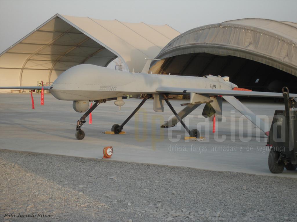 """Os UAV são intensamente utilizados no Afeganistão e as forças portuguesas já tem utilizado as informações destes aparelhos de outros países. Aqui um """"Predator"""" , que pose ser armado com mísseis ar-terra, fotografado em Kandahar"""