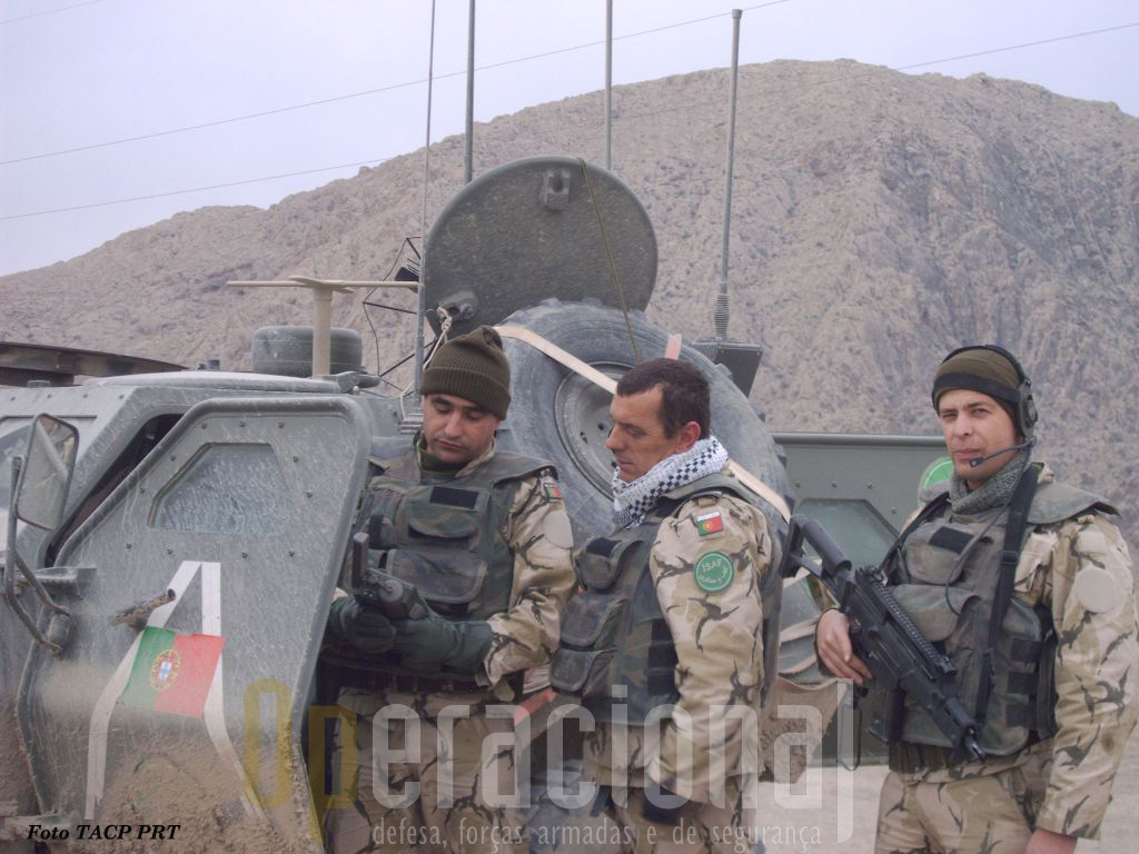 O TACP em operações. O militar da direita está armado com a espingarda automática G-36 5,56mm