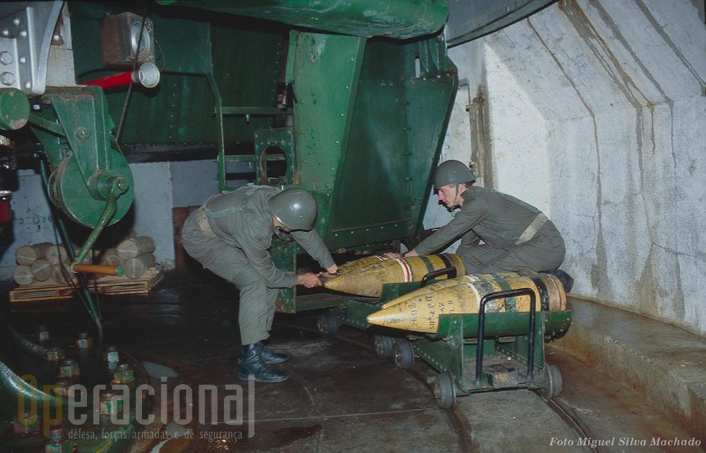 Os projécteis 23,4 sendo carregados dos paióis subterrâneos para a arma