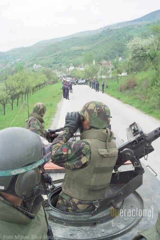 Durante horas as guarnições das viaturas blindadas mantiveram a segurança ao local