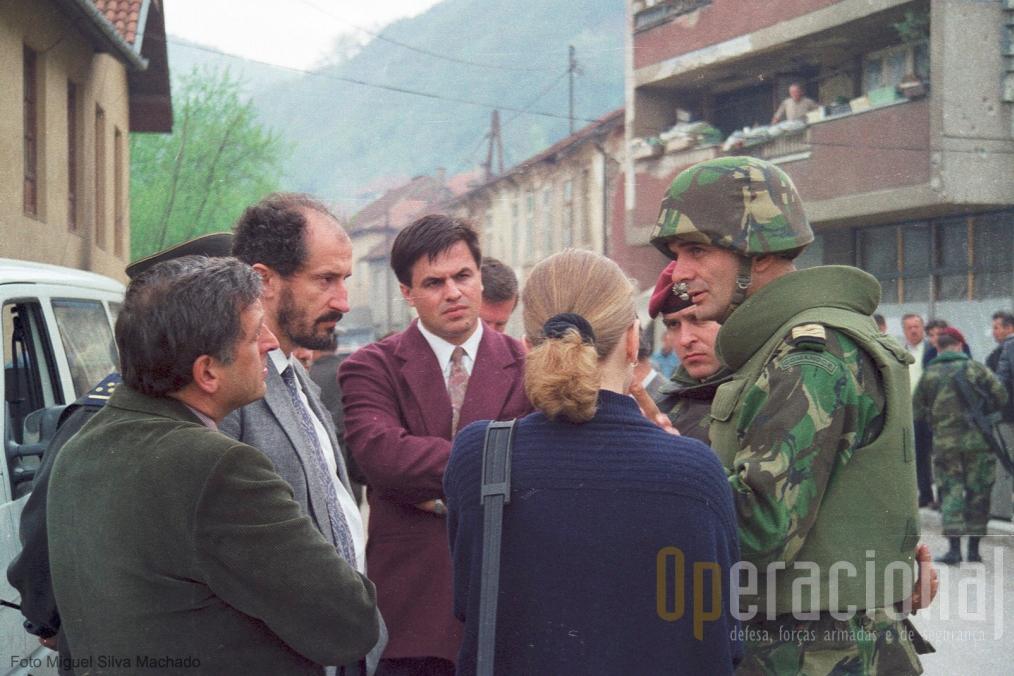 O capitão Santana, comandante da companhia aquartelada em Vitkovici estabelece conversações com as autoridades muçulmanas no centro de Gorazde