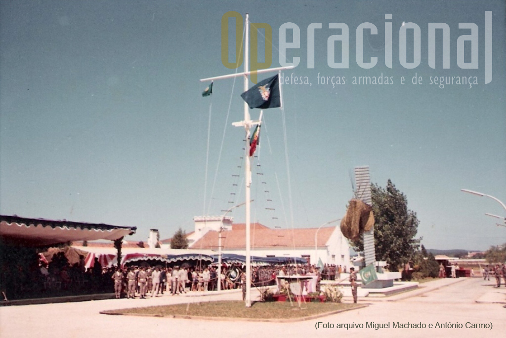 """3JUL1968: aspecto geral da Tribuna-de-Honra durante a cerimónia de inauguração do """"MONUMENTO AOS MORTOS EM COMBATE""""."""