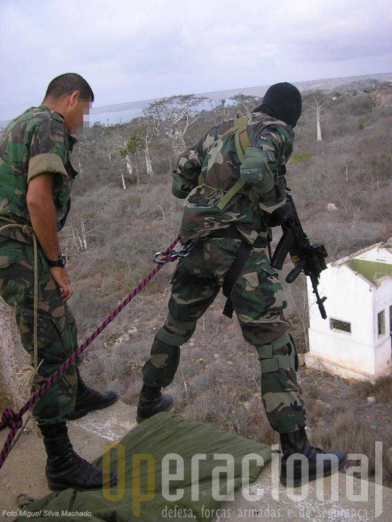 Assessor português acompanha a execução de um exercicio de rappel