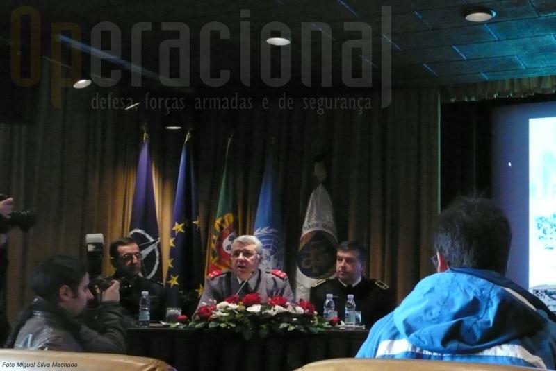 Da esquerda: Tenente-General PILAV Mimoso Carvalho, Adjunto Planeamento/Operações ; General Luís Valença Pinto, CEMGFA; Contra-Almirante Mina Henriques, Chefe de Estado-Maior do Centro de Operações Conjunto
