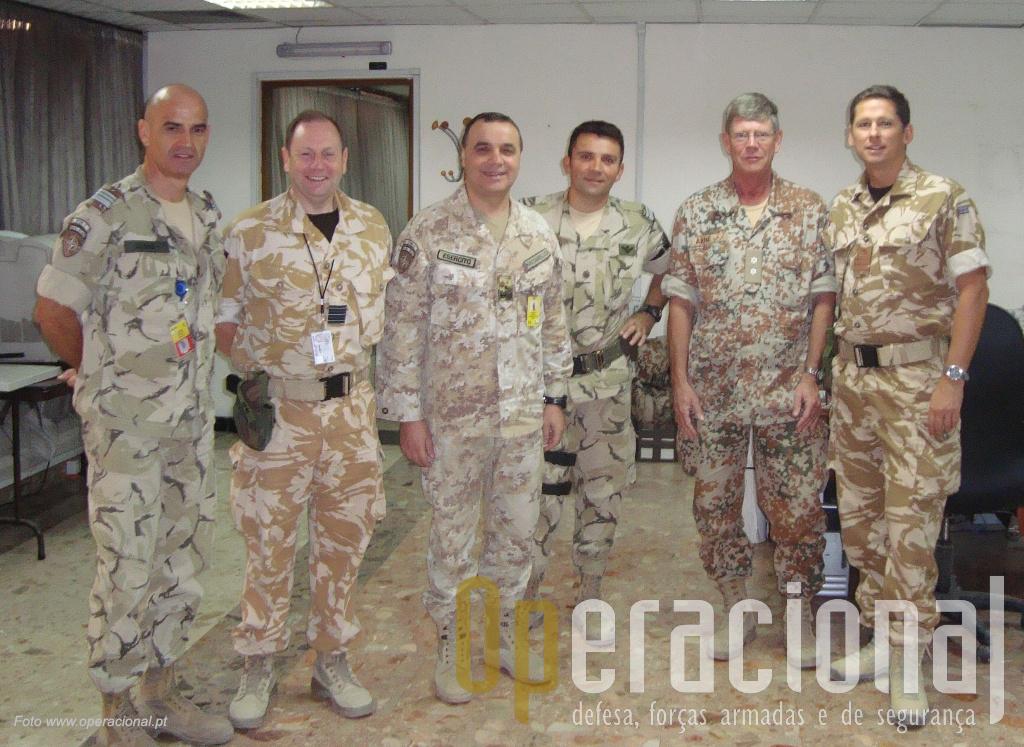 """Sala do """"Iraqi Traing and Doctrine Directorate"""" da NATO em Bagdad. Da esq: tenente-coronel Lopes, oficial britânico, italiano, major Jacinto, oficial dinamarquês e britânico."""