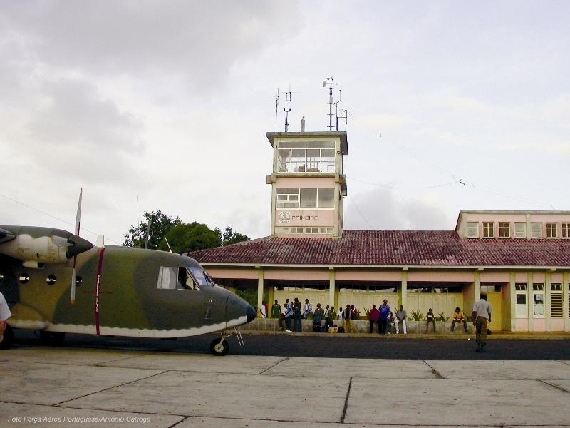 O AVIOCAR na placa de estacionamento do aeroporto do Príncipe