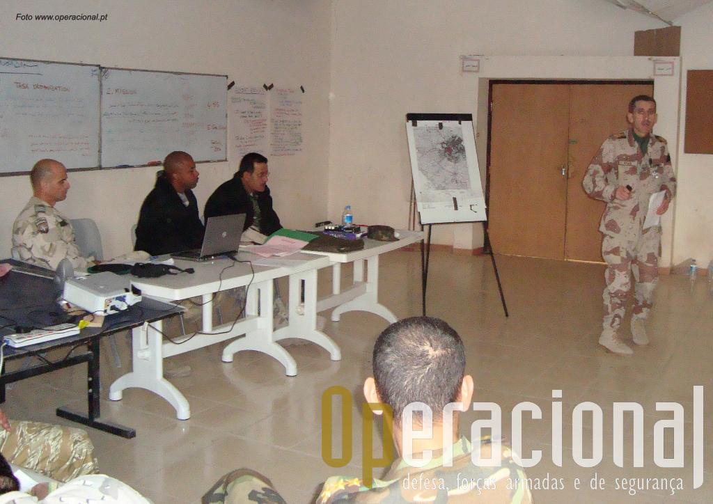 Kirkuk, 1 de Dezembro de 2008. Oficial iraquiano expõe a ordem de operações aos seus subordinados perante instrutores da NATO entre os quais o tenente-coronel Lopes.