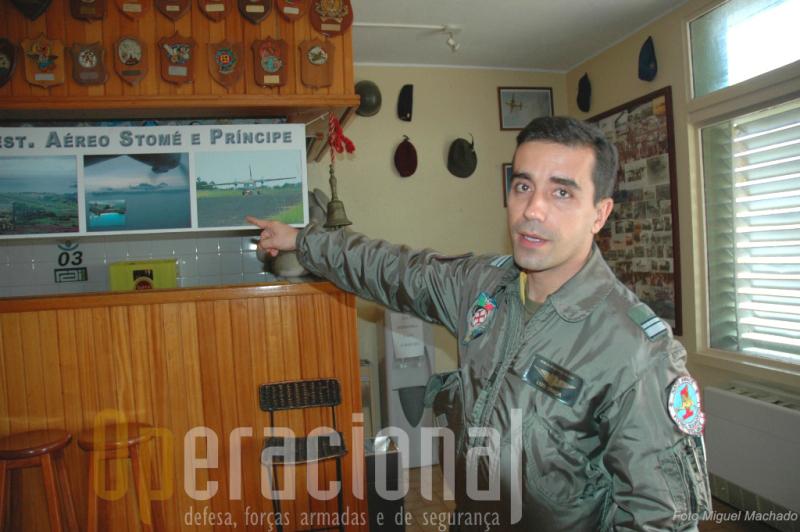 O major PILAV Luís Graça, comandante da Esquadra 502, explica algumas particularidades da operação na ilha do Príncipe