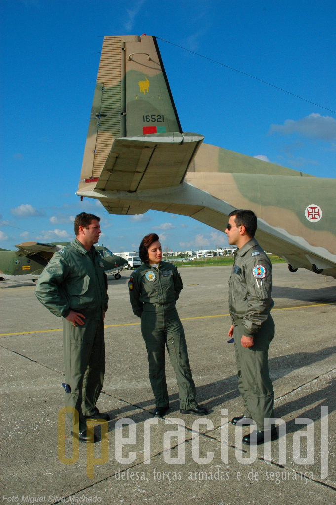 """Na """"502"""" prepara-se a recepção do C-295 e a transferência para o Montijo. Na foto, da direita para a esquerda, major Luis Graça, major Dina Azevedo e capitão Marco Carvalho, junto ao recém-chegado """"paca-paca"""""""
