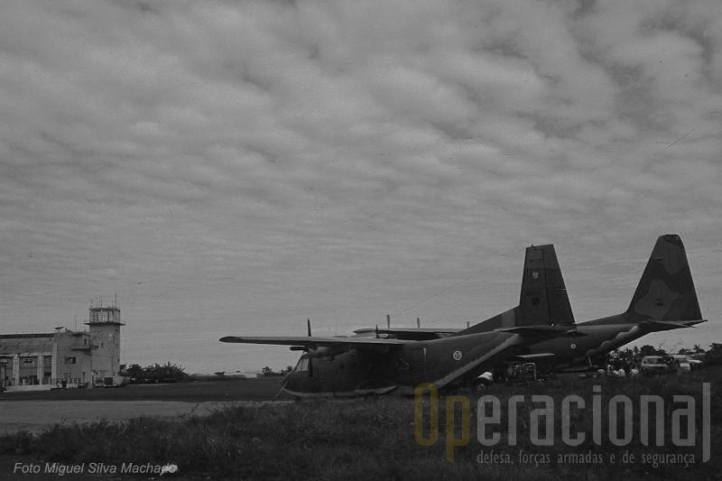 """Algumas missões da FAP em África, nomeadamente de evacuação de cidadãos nacionais, tiveram em S. Tomé um ponto de apoio importante. Aqui o AVIOCAR recebe a companhia de um C-130 """"Hércules"""" em trânsito de Angola."""