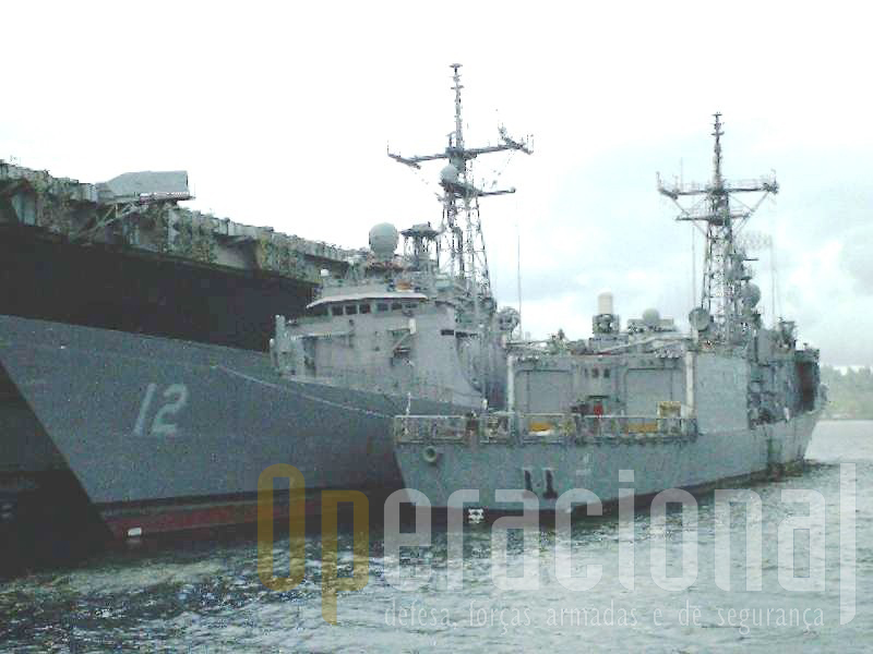 As duas fragatas US destinadas a Portugal chegaram a ser visitadas por oficiais da Marinha Portuguesa