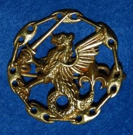 O distintivo, em metal dourado, tem 3 cm de diâmetro. (Col. do autor)