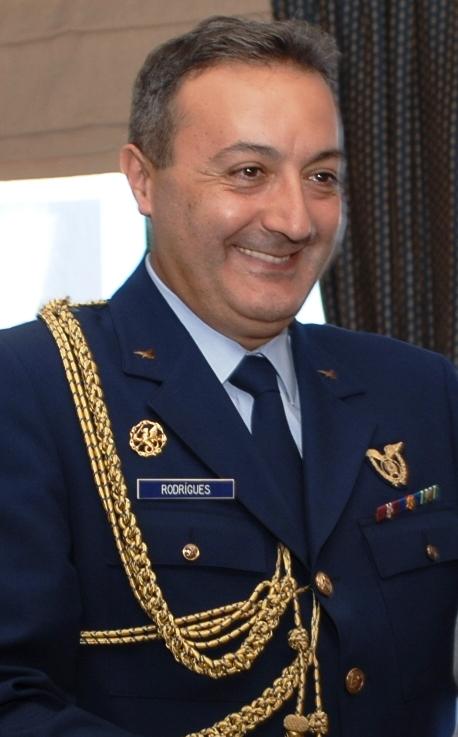 Oficial superior da Força Aérea Portuguesa ostentando o distintivo no seu uniforme. (Foto de arquivo)