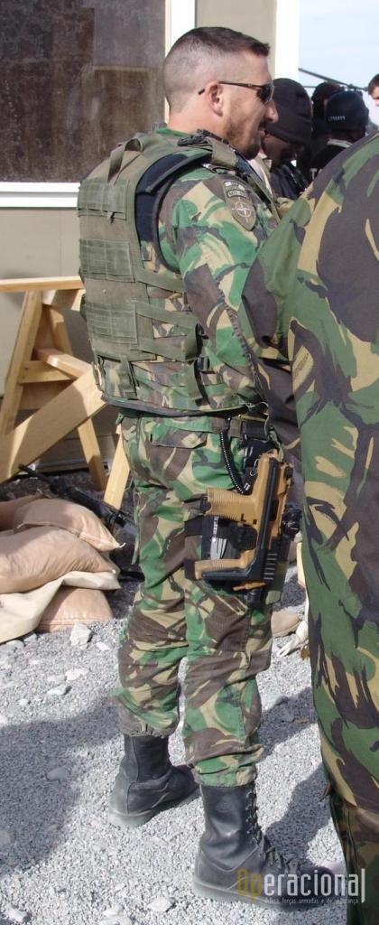 Um dos modos de usar a TP9/MP9, aqui no decurso de uma operação em Zabul