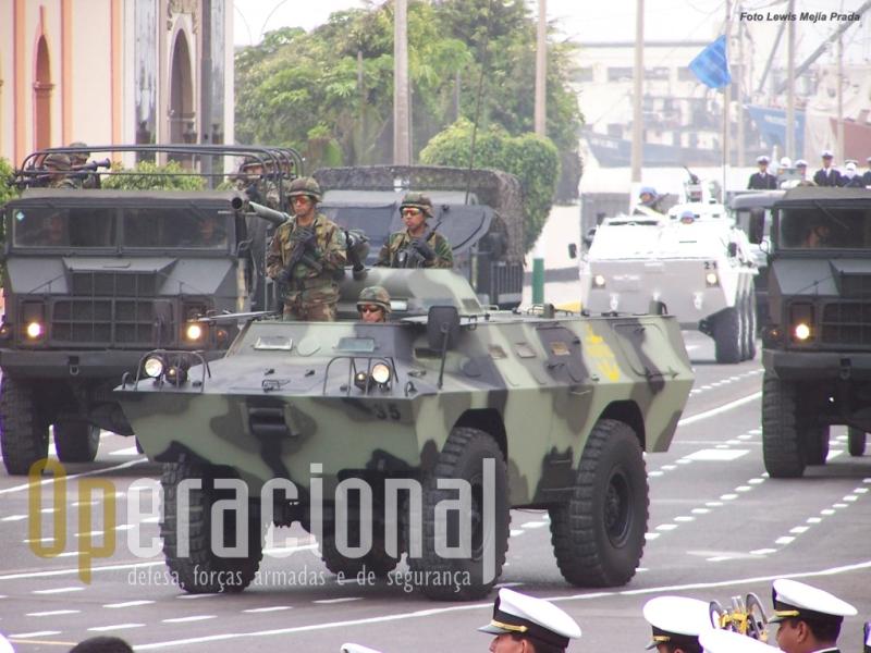 A Infantaria de Marinha do Perú operou 20 Chaimites V-200 com torre equipada com metralhdoras MG 3 e adaptaram localmente um canhão sem recuo 106mm (ao lado da torre)