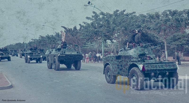 """As V-200 dos """"Dragões"""", aqui a desfilar com as AML, assitiram ao último arriar da  bandeira portuguesa em Angola"""