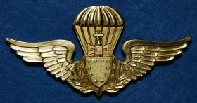 Primeiro distintivo de qualificação pára-quedista militar brasileiro: versão dourada para oficiais. (Col. do autor)