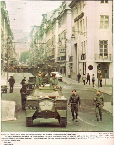 """Em 27 de Abril de 1974 o """"Século Ilustrado"""" em edição especial sobre o golpe militar. Em 2º plano uma V-200 """"Chaimite"""" do pelotão do Alferes David e Silva."""