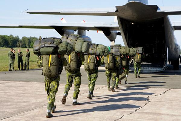 Embarque pela rampa numa aeronave C-130 HÉRCULES da Força Aérea com todo o equipamento orgânico. (Foto da FJS)