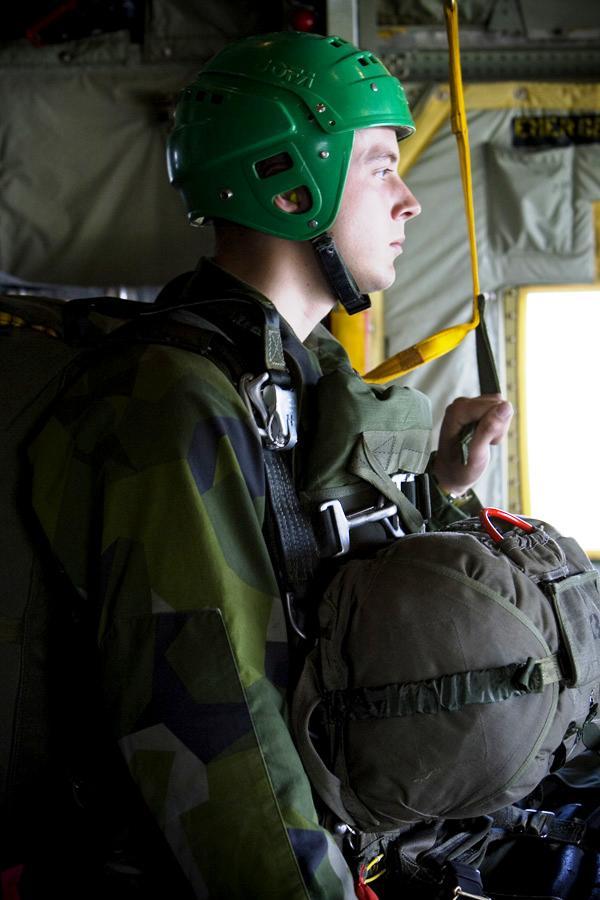 """À porta da aeronave aguardando a voz de """"JÁ"""". (Foto da FJS)"""
