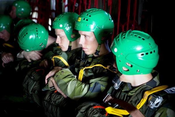 Instruendos do Curso de Pára-quedismo Militar momentos antes da execução de um salto de abertura automática. (Foto da FJS)
