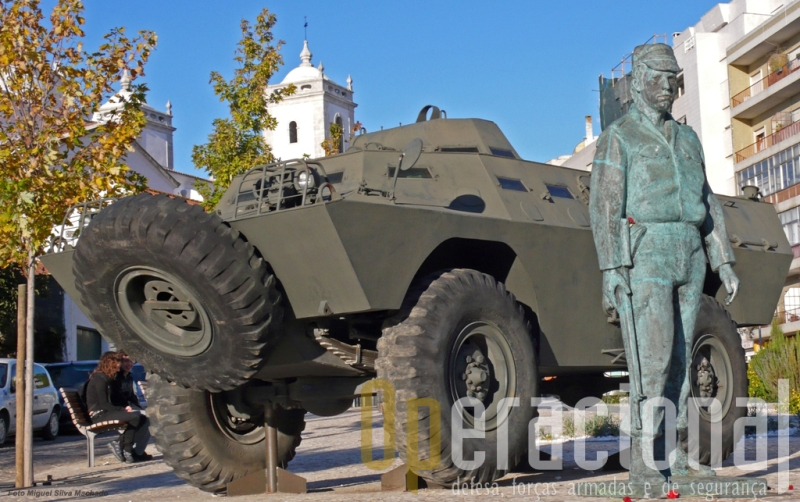 Salgueiro Maia e a V-200 imortalizados em Santarém no local onde a cidade os recebeu depois do golpe militar de 25 de Abril de 1974