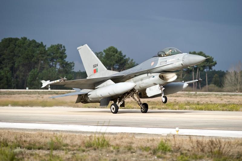 Um dos F-16 MLU envolvidos no exercicio fotografado na Base Aérea n.º 5 em Monte Real