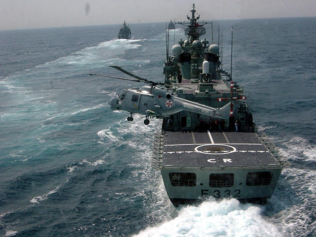"""As fragatas da classe """"Vasco da Gama"""" e os helicópteros embarcados são """"peça fundamental"""" neste tipo de operações (Foto Esquadrilha de Helicópteros de Marinha)"""