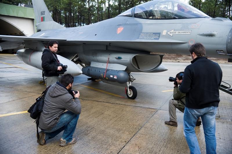 """A imprensa foi convidada a ver de perto os novissimos """"targeting pods"""" que aumentam grandemente a capacidade de actuação dos F-16 portugueses"""