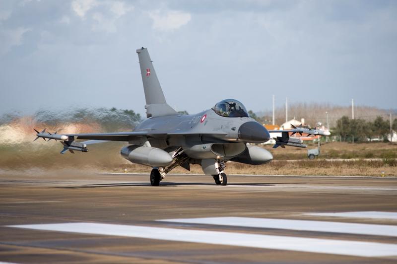 Um dos F-16 dinamarqueses que participarm no exercicio