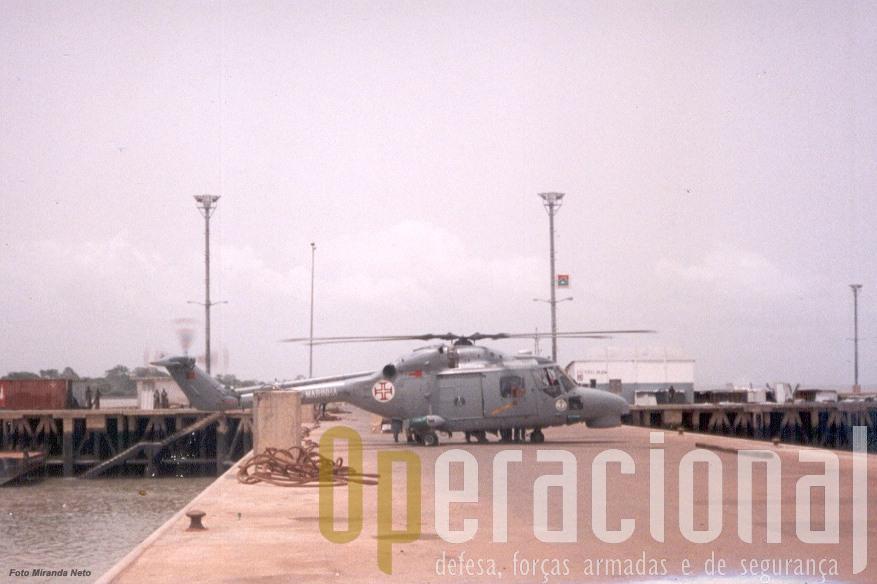 """1998:Um heliporto no minimo """"pouco vulgar"""", o porto de Bissau."""