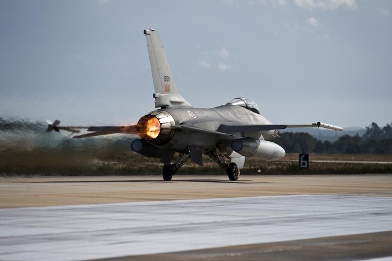 F-16 descola de Monte Real em direcção a Seia, na Serra da Estrela, onde decorreram muitas das acções do exercicio.