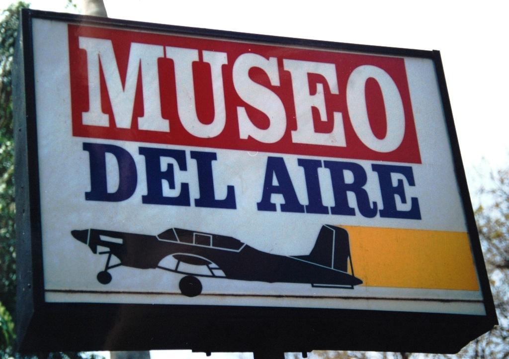 Placa luminosa que indica a entrada principal do MUSEU DO AR em Havana. (Foto de Sucena do Carmo)