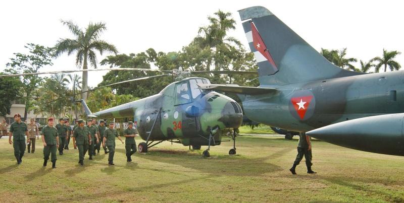 "Santo António de los Baños será a ""nova casa"" do espólio aeronáutico militar cubano. Na foto, militares venezuelanos visitam algumas aeronaves expostas nesta Base Aérea. (Foto diário ""GRANMA"")"