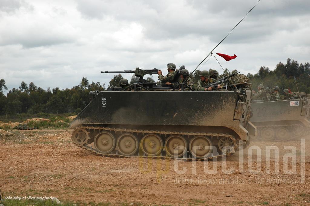 Viaturas do Agrupamento Mecanizado NRF 12 em acção no Campo Militar de Santa Margarida