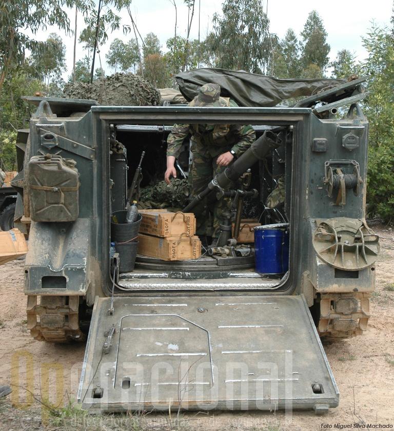 O M106 e o seu morteiro 107mm a ser carregado de munições. Em breve estará a fazer fogo real