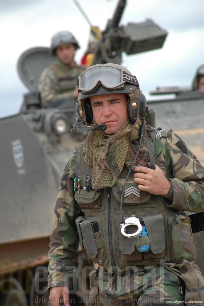 Sinal dos tempos e das novs missões. Este primeiro sargento usa no seu equipamento individual um par de algemas.