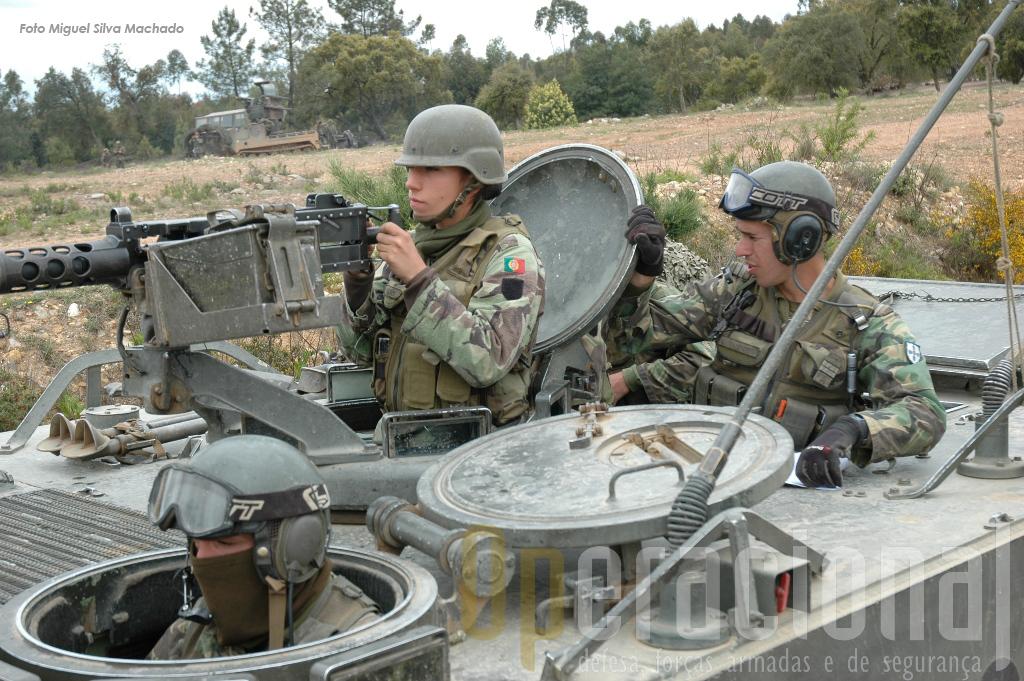 A presença de mulheres nas unidades de combate é uma evidência. Neste M113 dois militares da guranição eram do sexo feminino.