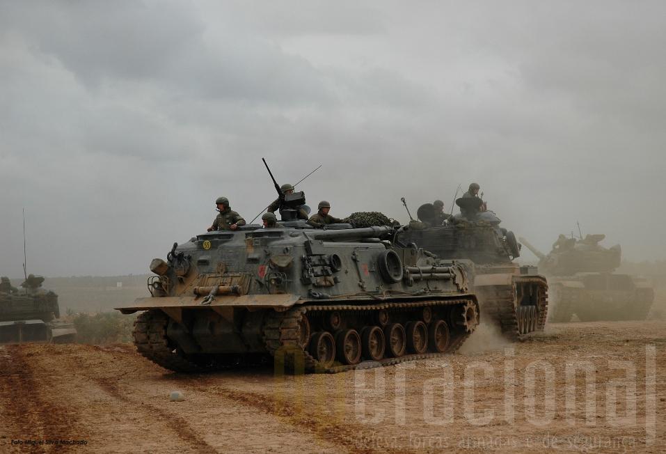"""Os M88 treinaram a recuperação para a retaguarda, """"debaixo de fogo"""", de um M60"""