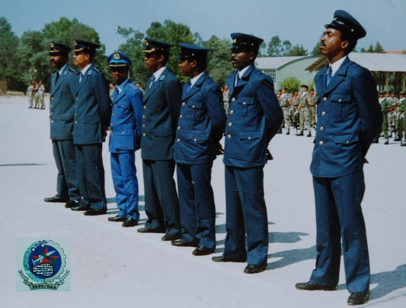 BETP/Tancos, 1990: militares pára-quedistas da FAPA-DAA aguardam a imposição oficial do distintivo de qualifiação pára-quedista português. (Foto do arquivo Miguel Machado/António Carmo)