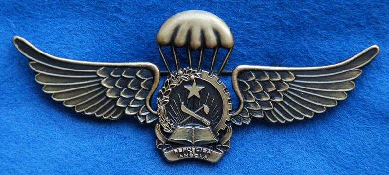 Distintivo actual de qualificação pára-quedista angolano. Nesta versão já é visivel a nova designação oficial do país: REPÚBLICA DE ANGOLA. (Col. António Carmo)